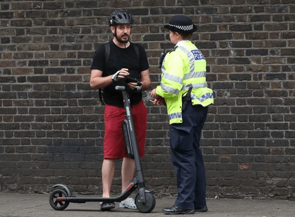 Полицейский в Англии остановил владельца электросамоката. Фотография с сайта thesun.co.uk