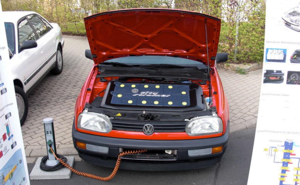 Электрический Golf III CityStromer на подзарядке