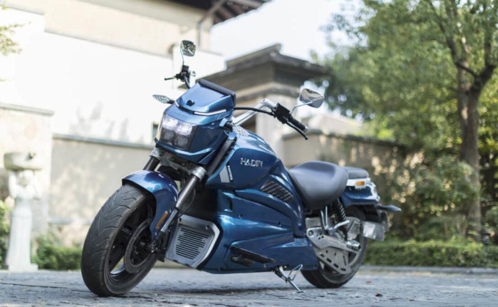 Китайский стартап Hadin показал свой первый прототип предсерийного электрического байка. Внешне это круизер, разработанный явно под впечатлением форм Harley-Davidson и ему подобных. При этом классическая внешность сочетает в себе и футуристические элементы, делая стиль Hadin Panther ни на что не похожем в своем классе.