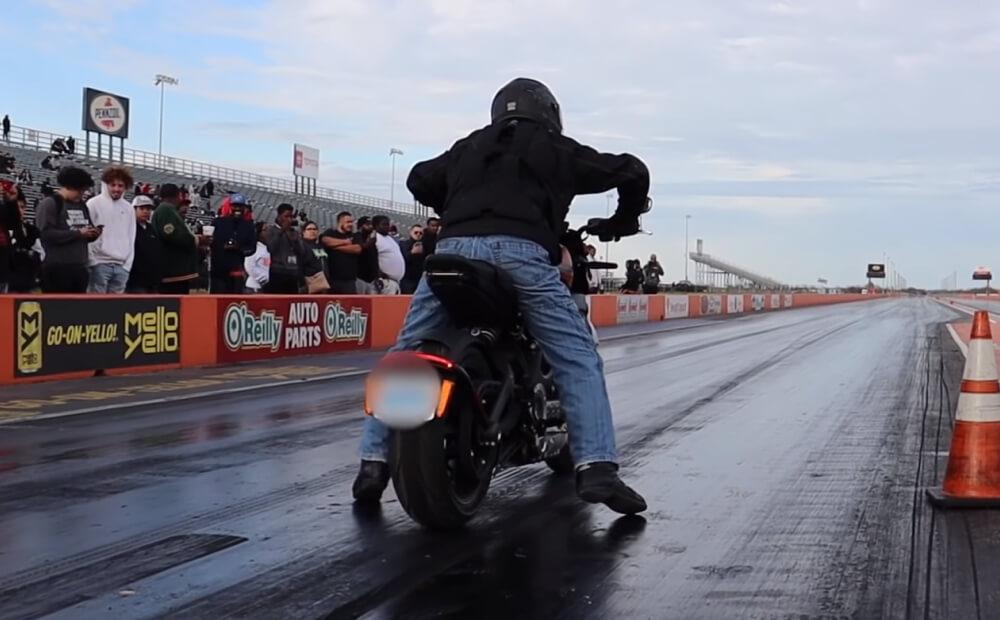 На YouTube канале DragTimes опубликован заезд на четверть мили популярной Model 3 и Harley-Davidson – LiveWire. Гонка интересна тем, что оба транспортных средства полностью электрические.