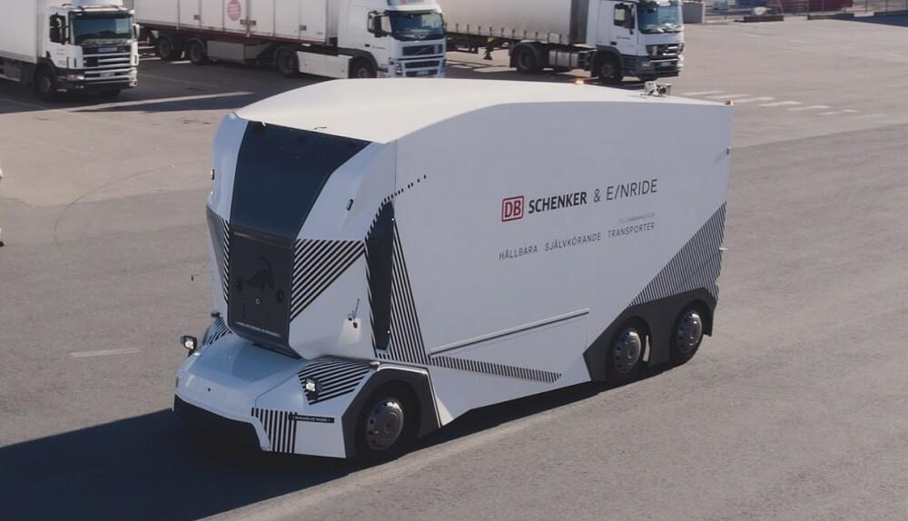 Компания из Швеции Einride продемонстрировала возможности своего беспилотного грузовика T-Pod. В связи с вспышкой CONVID-19 событие происходило онлайн.