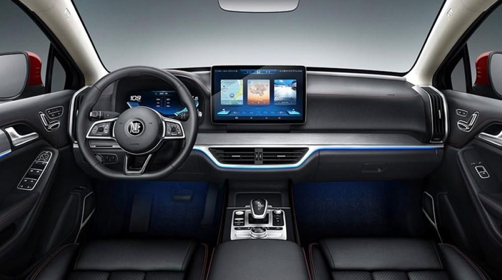 В дизайне салона BYD Tang EV600 ничего лишнего. Стандартная полностью цифровая приборная панель и в качестве медийной, информационной системы большой дисплей-планшет. Моментально наводит на мысль схожесть с концепцией Tesla.
