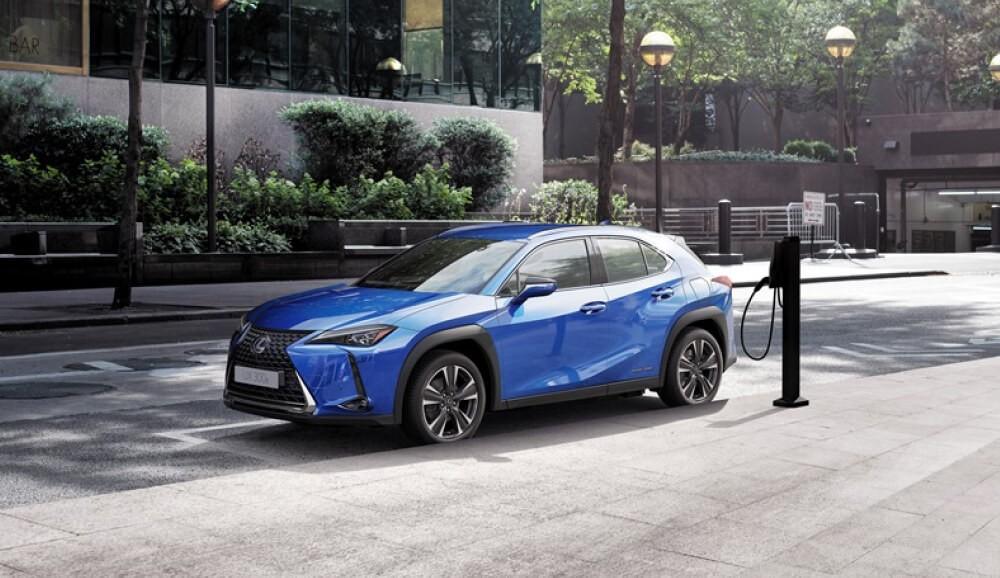 Первый электромобиль от Lexus UX 300e для европейского рынка оказался безжалостен по отношению к скептикам электрификации транспорта. Чаще всего электромобили обвиняют в дорогостоящих и не долговечных батареях, потому Lexus предложил для своего первенца UX 300e гарантию в 1 млн км или 10 лет службы.