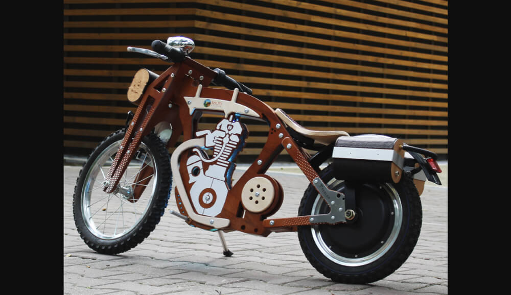 Детский электромотоцикл Teslar от украинской компании Daisy Sign. Детский электрический мотоцикл Teslar создан на базе беговела Daisy Sign, полностью из натуральных материалов. Правда вот например фанеру я не считают прям натуральной, да и до элементов из кожи могут прикопаться веганы.