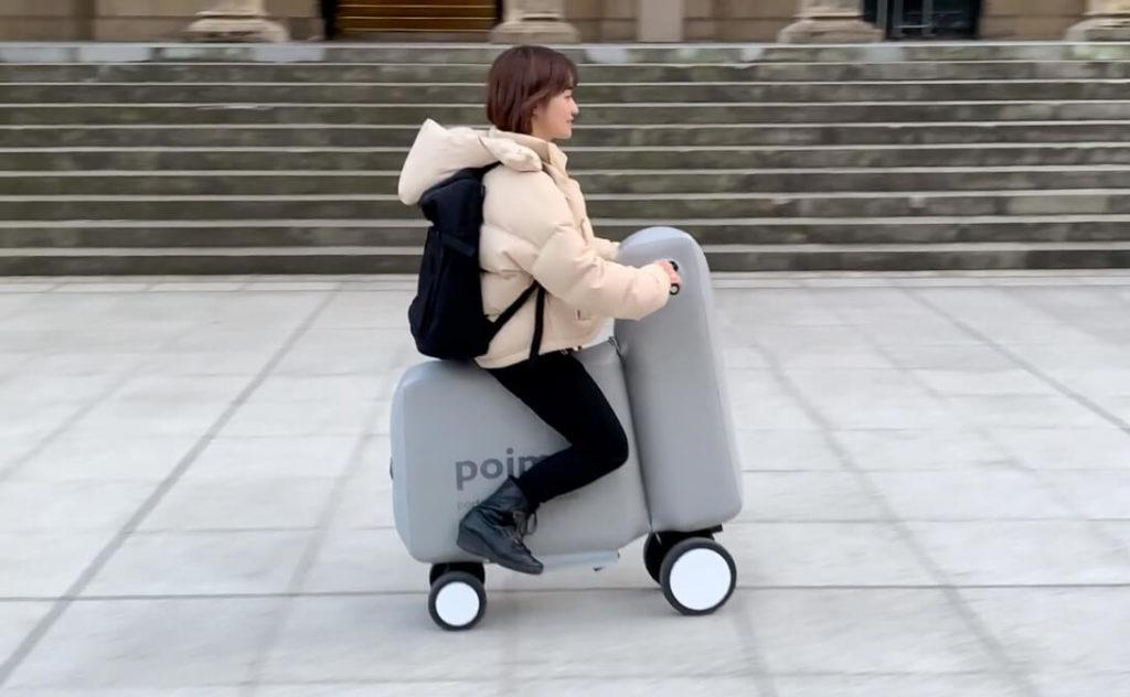 Японцы продолжают креативить, продолжая экспериментировать в создании унифицированного индивидуального электрического транспорта. Одной из таких новинок стал надувной не то самокат, не то мопед. Сам Токийский Университет разработавший новинку называет его мини-скутером Poimo. Расшифровывается — «Portable and Inflatable Mobility», дословно — «портативная надувная мобильность». В любой момент райдер может сдуть транспорт и поместить в рюкзак, тем самым поездка легко комбинируется в том числе с общественным транспортом.
