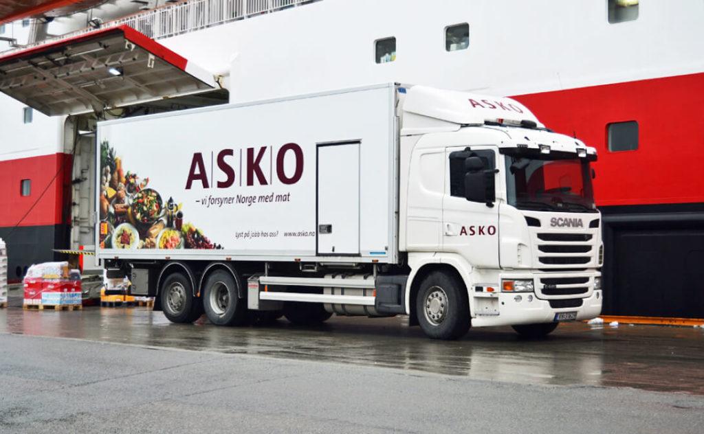 Шведский производитель грузовых автомобилей впервые получил крупный заказ на поставку электрических грузовиков. В течении 2021-2022 года, Scania обязуется поставить 75 машин. Клиент — норвежский поставщик продуктов питания ASKO. Электрические грузовики Scania для Норвегии представляют собой городские, 27-тонные машины с запасом хода 120 км. Но говоря о поставках для ASKO не исключено, что они получат с увеличенным запасом хода. Просто данную технологию шведы еще не афишируют.