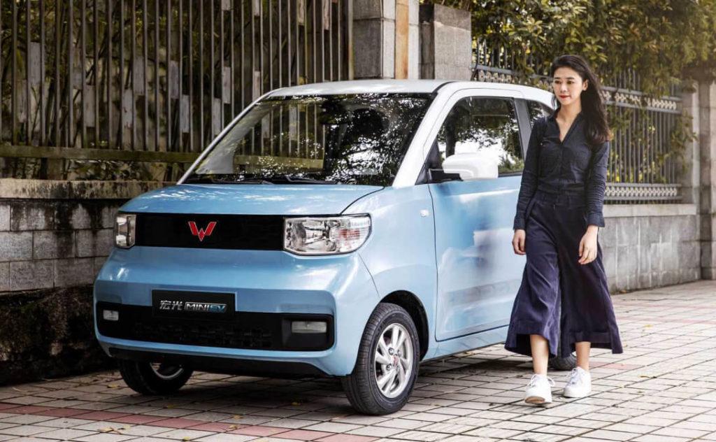 Недавно американо-китайское предприятие SAIC-GM-Wuling анонсировало электрический ситикар в модельной линейки Wuling под именем Hong Guang MINI EV. Теперь же появились и фотографии интерьера. Компактный ситикар интересен вместительностью и компоновкой множеством бардачков.