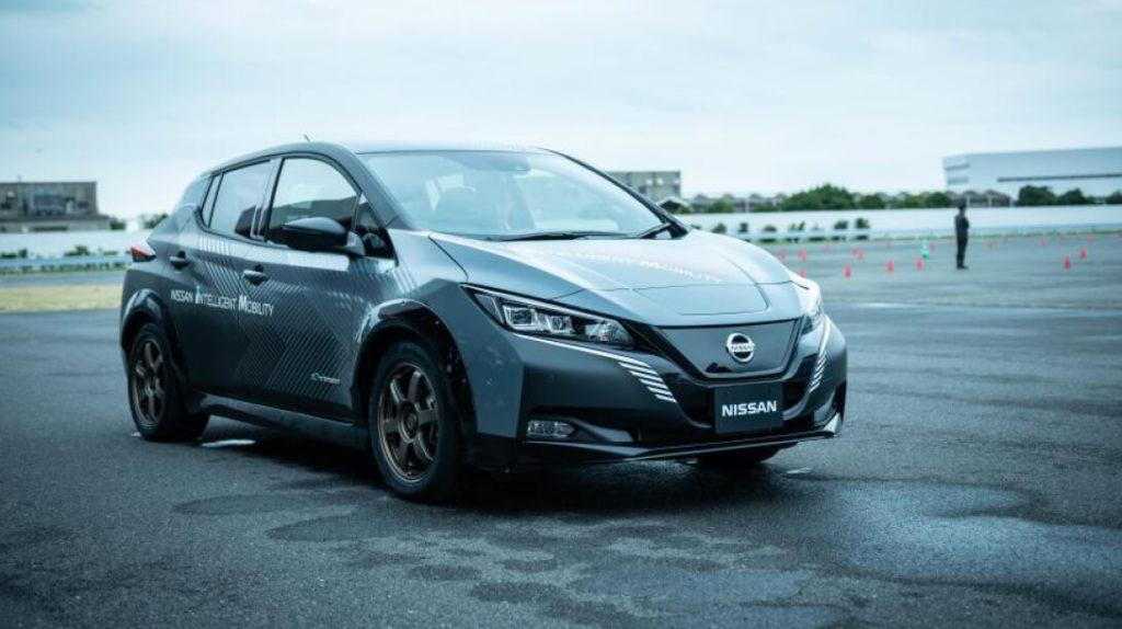 Состояние аккумуляторной батареи определяется термином State of Health (SOH). Особенность батареи Nissan Leaf заключается в быстрой потери емкости первые пару лет эксплуатации. И то, такое явление было актуально для моделей до 2015 года выпуска. Самая надежная и популярная батарея имеет емкость 24 кВт*ч. Про те, что свыше 30 кВт пока недостаточно информации. Важно отметить, что когда SOH падает быстрее чем положено первый год-два, то в дальнейшем процесс существенно замедлится.