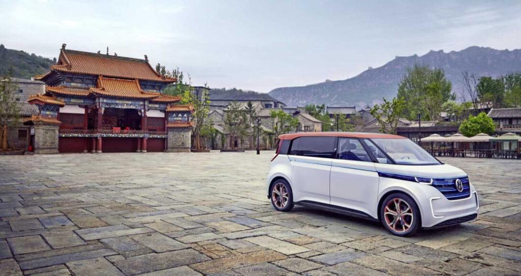 Volkswagen во всю производят электромобили на предприятии в Цвиккау, но производственных мощностей не хватает для удовлетворения спроса на линейку ID. Потому в компании решили заняться реорганизацией производства в Эмдене. Но в отличие от Цвиккау, там также продолжат выпускать ДВС- и PHEV-автомобили. По информации пресс-службы, объект планируется сдать в 2021 году, но первые электромобили Volkswagen сойдут с конвейера в Эмдене в 2022 году.